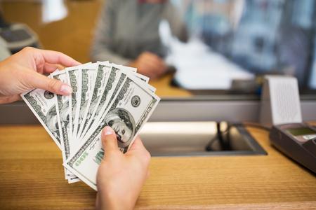 銀行事務所または交換でお金が付いている手