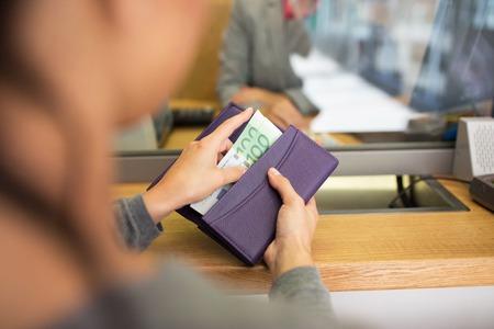 은행이나 통화 교환기에서 돈을 가진 손