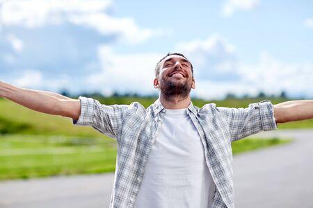 uomo felice: Sorridente felice all'aperto all'estate