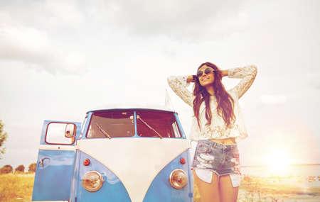 mujer hippie: sonriente mujer joven hippie en el coche monovolumen Foto de archivo