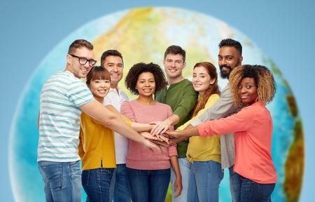 mezinárodní skupina šťastných lidí se drží za ruce
