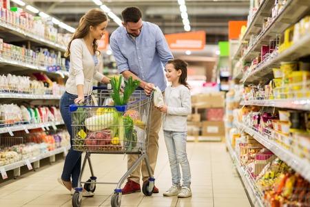 familia con los alimentos en carrito de la compra en el supermercado