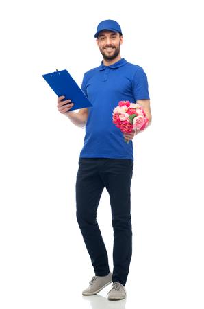 personas saludandose: servicio de entrega, días de fiesta, la gente y de felicitación del concepto - hombre feliz con flores y portapapeles Foto de archivo