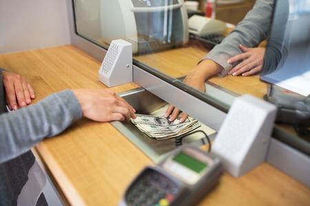 bediende het geven van contant geld aan de klant bij de bank kantoor Stockfoto