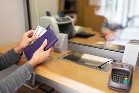 manos con el dinero en el banco o intercambiador de moneda