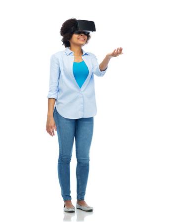 percepción: Mujer en casco de realidad virtual o gafas 3d