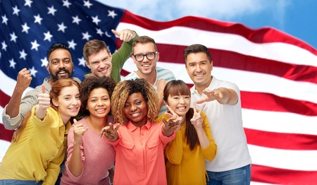 미국 국기를 몸짓으로 보는 국제 사람들 스톡 콘텐츠