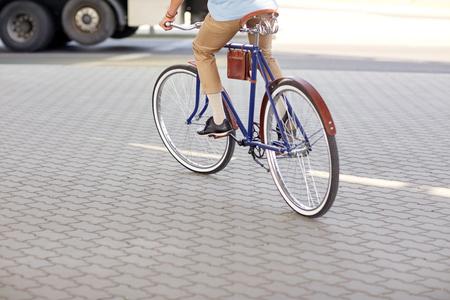 fixed: personas, estilo y forma de vida - hombre inconformista montar en bicicleta de piñón fijo en la calle de la ciudad