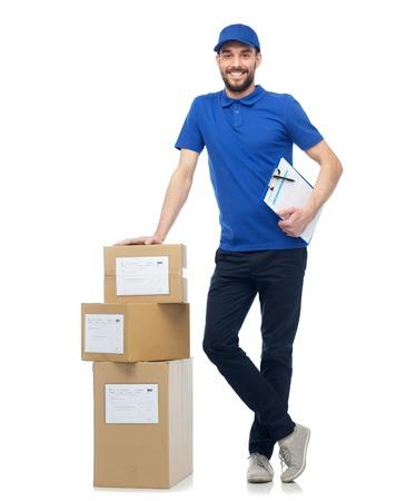 Repartidor feliz con cajas de paquete y un sujetapapeles Foto de archivo - 70767401