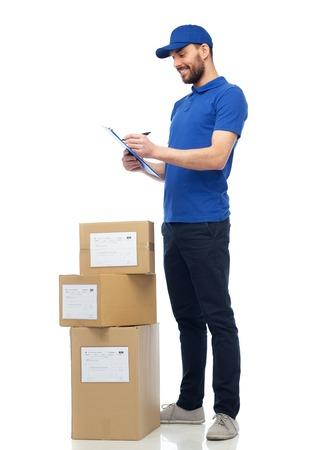 gelukkig levering man met pakket dozen en klembord
