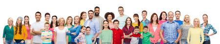 niños de diferentes razas: grupo internacional de personas que sonríe feliz
