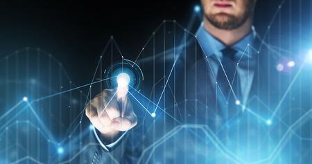 Homme d'affaires touchant la projection des cartes virtuelles Banque d'images - 70779670