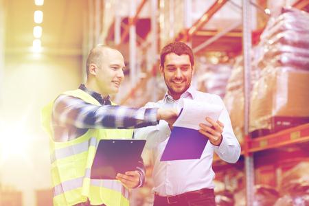 werker en ondernemers met klembord in het magazijn