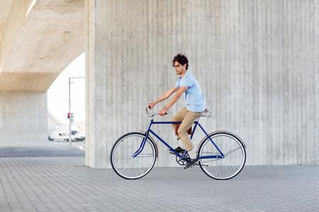 fixed: hombre inconformista joven montar en bicicleta de piñón fijo Foto de archivo