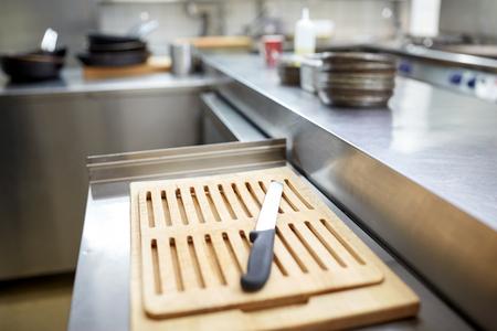 cuchillo de cocina: cutting board and knife at restaurant kitchen