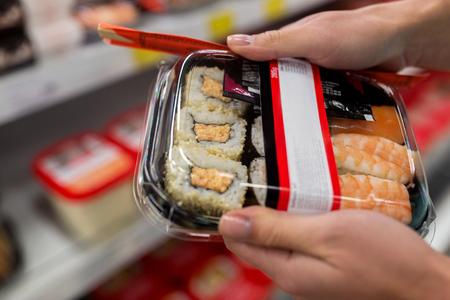 Hände mit Sushi Pack im Supermarkt oder Supermarkt
