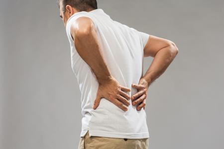 Cerca del hombre que sufre de dolor de espalda Foto de archivo
