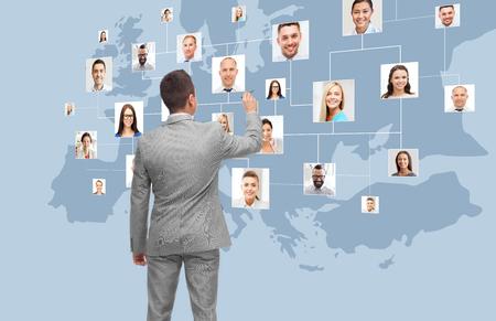 auf virtuellen Bildschirm Geschäftsmann mit Kontakten Lizenzfreie Bilder