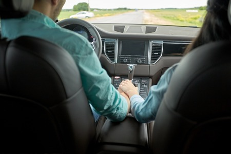 행복한 커플 손을 자동차 운전 및 유지