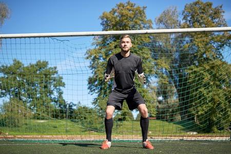 doelverdediger of voetballer bij voetbaldoel Stockfoto