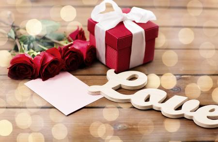 miłość, romans, Walentynki i święta koncepcji - zamknąć pudełko, czerwone róże i karty z pozdrowieniami z serca na drewno (efekt archiwalne)