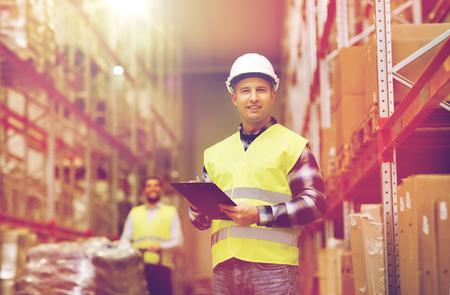 Großhandel, Logistik, Menschen und Export-Konzept - ein Mann mit der Zwischenablage in die reflektierende Sicherheitsweste an Lager Standard-Bild - 70992574