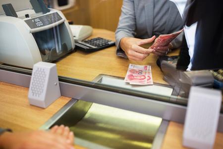 klerk tellen van contant geld bij de bank kantoor Stockfoto