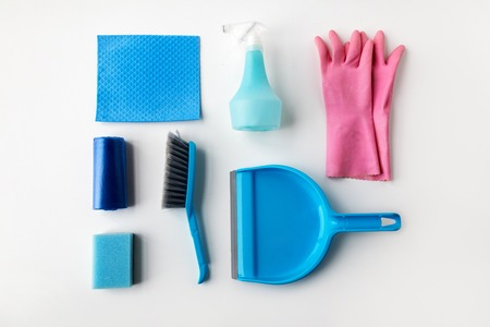 Schoonmaak spullen op een witte achtergrond Stockfoto - 70999450
