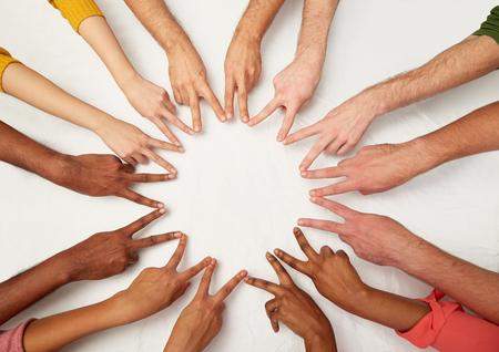 grupo de pessoas internacionais mostrando sinal de paz