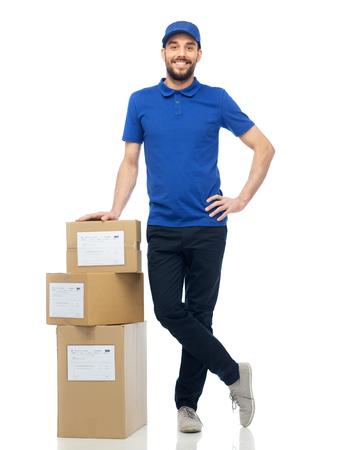 Heureux homme de livraison avec des boîtes de colis Banque d'images - 70999308