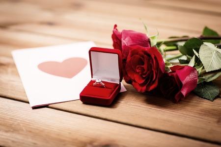 uprzejmości: close up of diamond ring, roses and greeting card