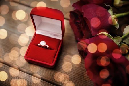 uprzejmości: close up of diamond engagement ring and red roses Zdjęcie Seryjne