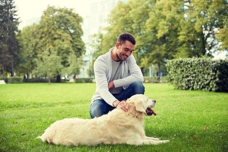 gelukkige mens die met de hond van Labrador in stad loopt