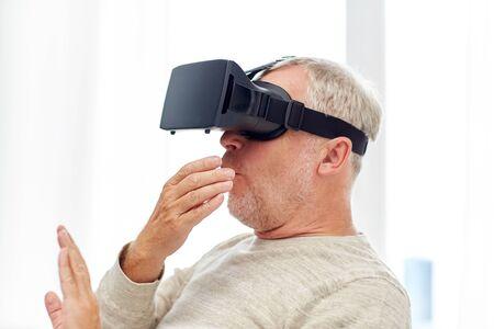 Imagen obtenida de: https://us.123rf.com/450wm/dolgachov/dolgachov1702/dolgachov170201022/71148779-anciano-en-casco-de-realidad-virtual-o-gafas-3d.jpg?ver=6
