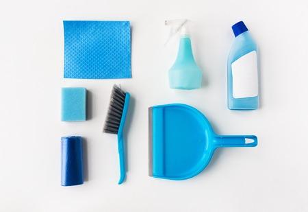 schoonmaak spullen op een witte achtergrond