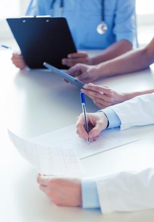 Nahaufnahme glücklich Ärzte am Seminar oder Krankenhaus Standard-Bild - 71368641