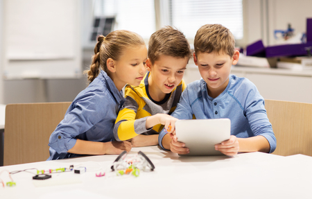 kinderen met tablet pc programmering op robotica scholen