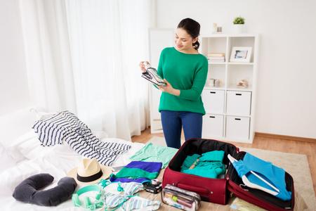 집 또는 호텔 방에서 여자 포장 여행 가방