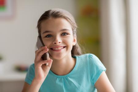 niños platicando: Primer plano de chica llamando en el teléfono inteligente en casa