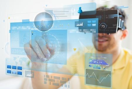 technologie, augmented reality, big data en mensen concept - gelukkig jonge man met een virtuele headset of 3D-bril aan te raken schermen projectie