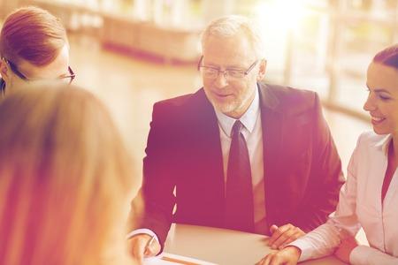 Unternehmen, Menschen und Technologie-Konzept - lächelnd Business-Team mit Laptop-Computer-Meeting im Büro