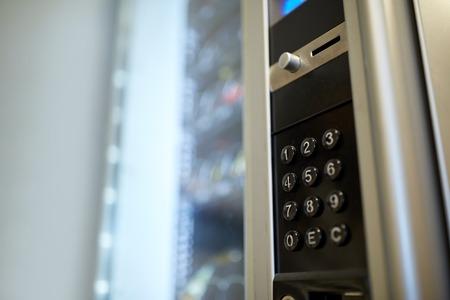 verkoop, technologie en consumptieconcept - het toetsenbord van het toetsenbord van de automaat