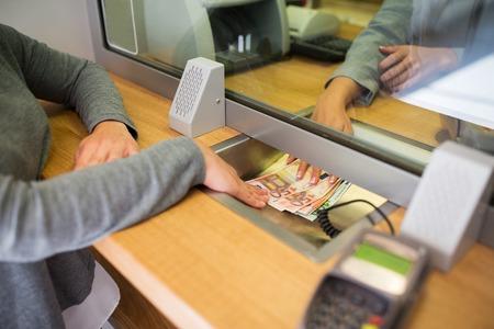 Concept, employé, retrait, épargne et finance - employé donnant de l'argent comptant à un client au bureau de banque ou dans un bureau de change Banque d'images - 71812193