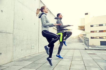 fitness hombres: hombre feliz y mujer salta al aire libre