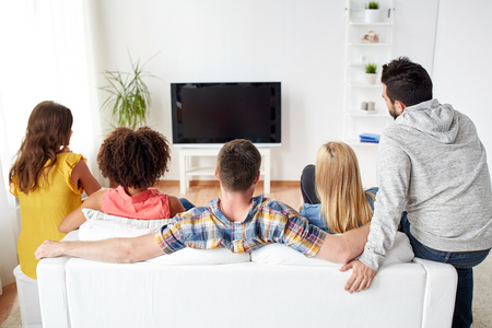幸せな友人の家でテレビを見て