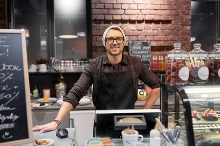 幸せな販売人またはカフェ カウンターでバーテンダー