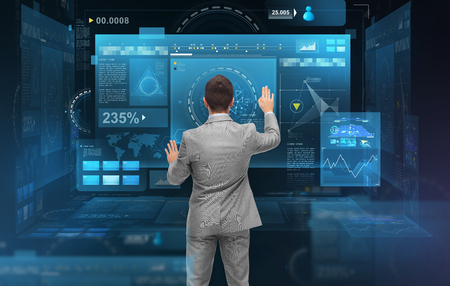 Geschäftsmann mit virtuellen Bildschirmen arbeiten