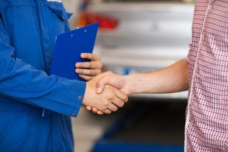 automonteur en man schudden handen op de auto winkel Stockfoto
