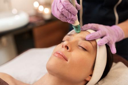 Žena, která má mikrodermabraze ošetření obličeje