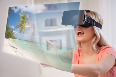 vrouw met virtual reality headset over strand Stockfoto